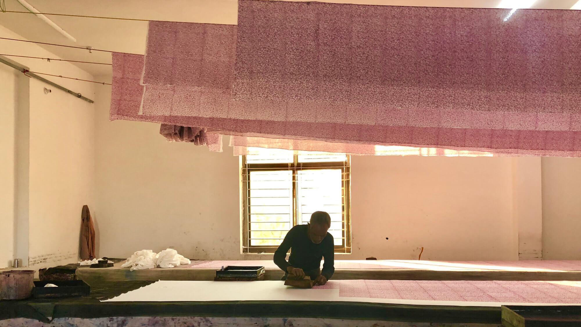 インドの木版プリント工房で作業する職人